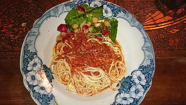 Spaghetti tomatsås o kikärtspenatsallad